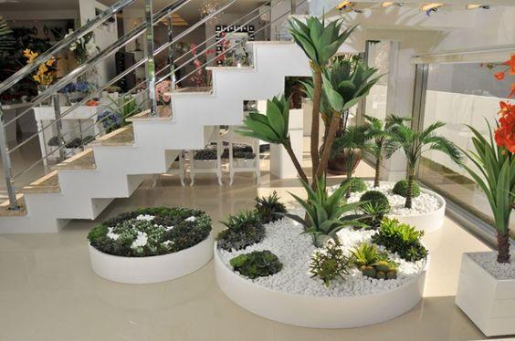 Jardines interiores modernos con palmeras arbustos rosas for Jardines interiores modernos