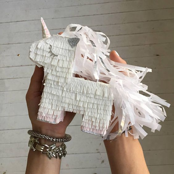 piñata de unicornio de niño