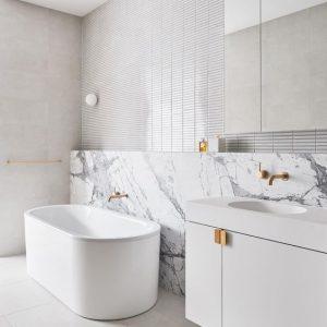 piso blanco con textura para banos 2