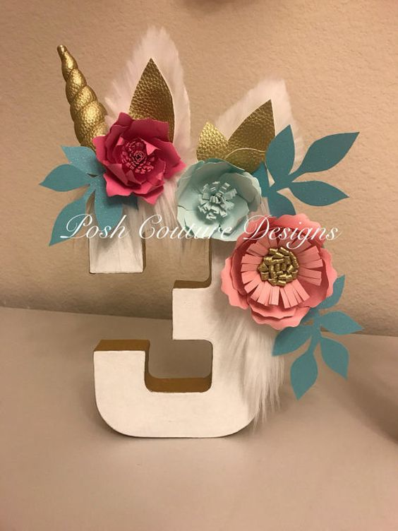 tres decorado con unicornio