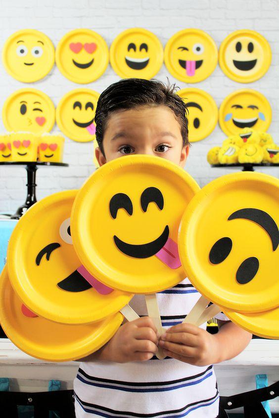 fiesta de emojis para adolescentes de 13 años