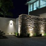 fachadas de bardas modernas con luz 2