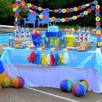 Mesa de postres para fiesta en alberca para niños