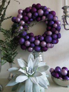 adornos navideños en color violeta
