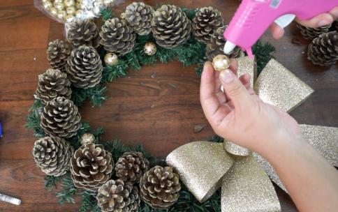 Como hacer coronas navideñas de piñas