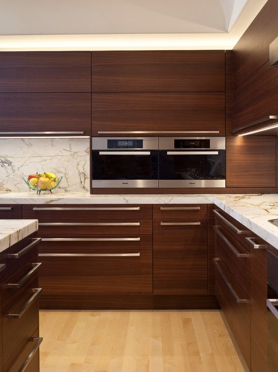 Cocinas de madera modernas en tonos oscuros
