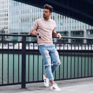 outfit con tenis deportivos hombre