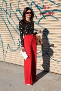 Outfits con colores de moda que destacan la elegancia en mujeres de 40 en rojo anaranjado
