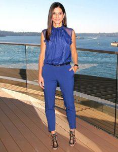 outfit en azul real para mujeres de 40
