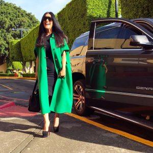 outfit en verde claro para mujeres de 40