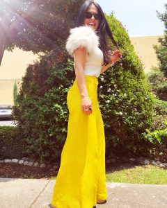 outfits en amarillo dorado para mujeres de 40