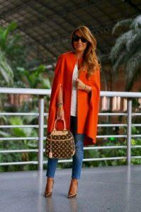 outfits en naranja intenso para mujeres de 40