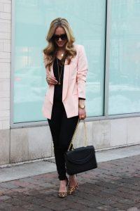 outfits para mujeres de 40 en rosa pastel con estilo