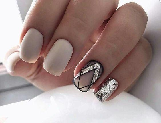 uñas Con diseños minimalistas en color dorado