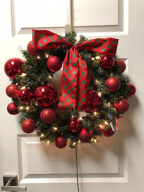 Decoración navideña para puertas de entrada con esferas