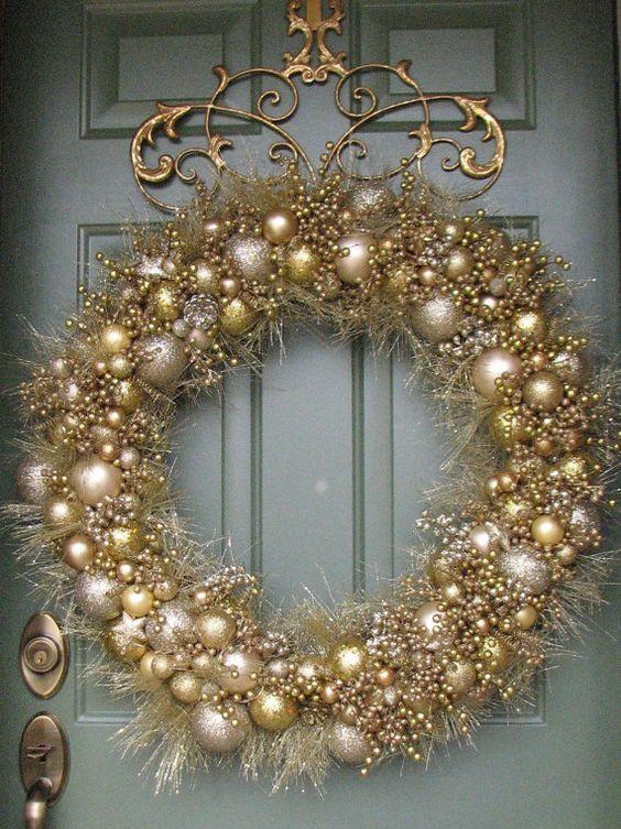 Decoraciones navideñas con corona navideñas