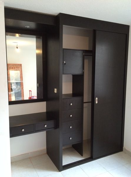 diseños de closets sencillos madera clara