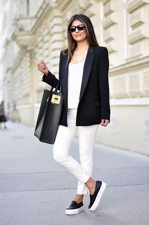 outfit para oficina con tenis para mujeres de 40 años