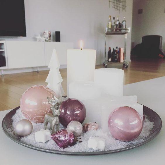arreglo navideño con un platon o bandeja con esferas