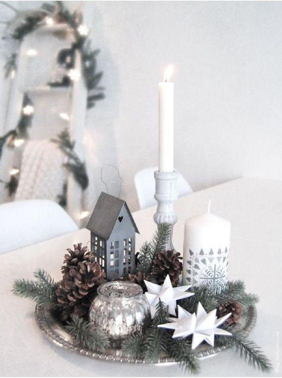 arreglo navideño con un platon o bandeja con pinas navideñas