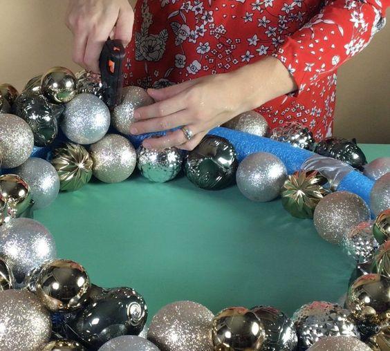 como hacer una corona navideña con esfera para navidad