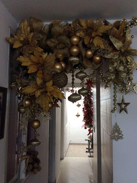 guirnaldas de navidad con esferas en color dorado