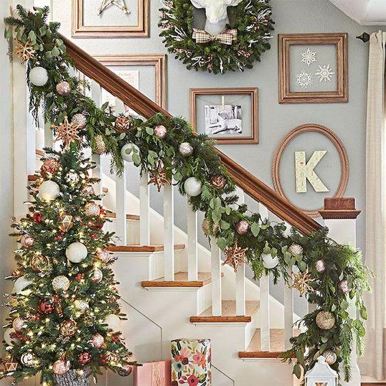ideas para decorar las escaleras con esferas en navidad