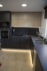 Ideas para iluminar la parte baja de los muebles de tu cocina