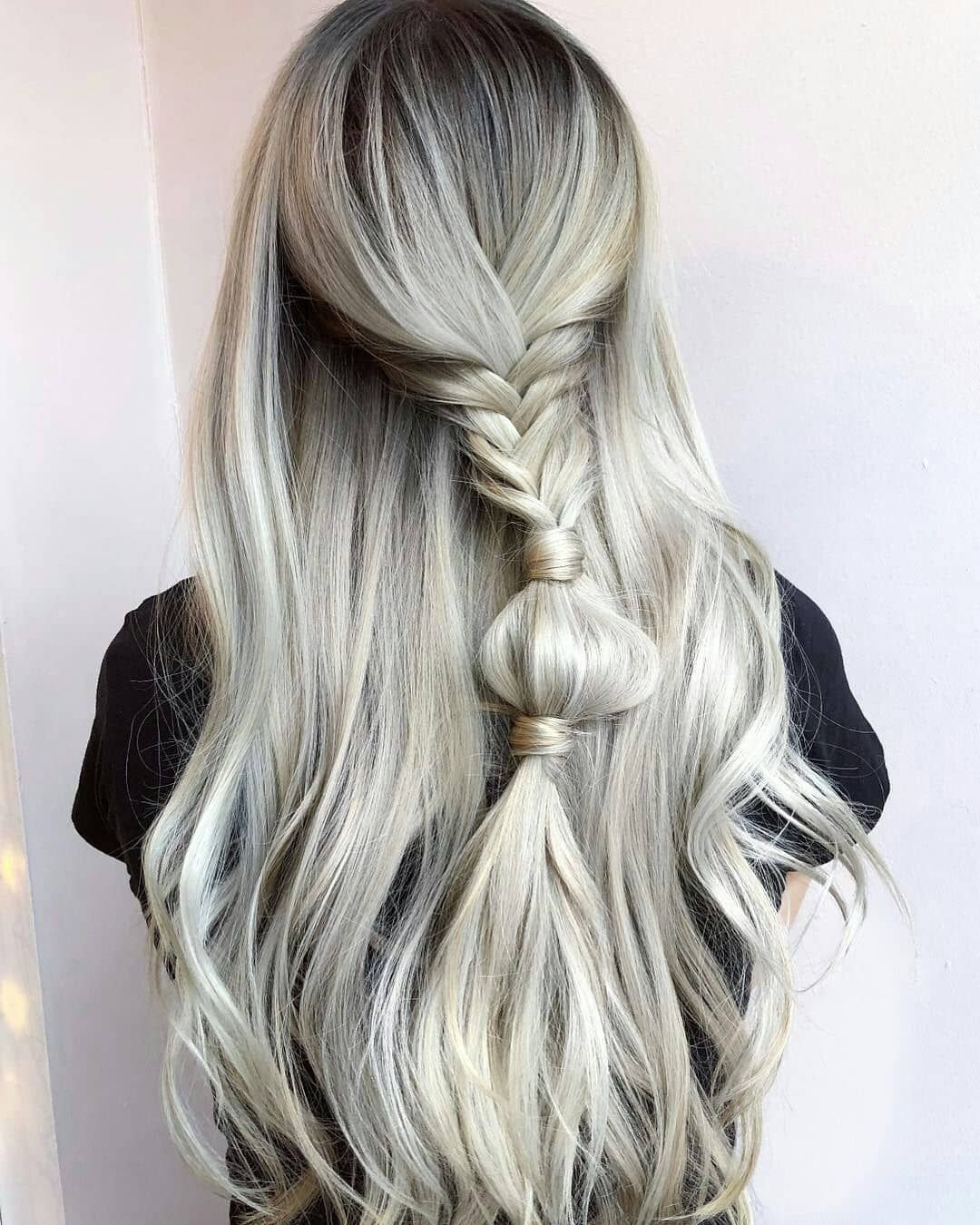 Peinado de cabello suelto con trenza