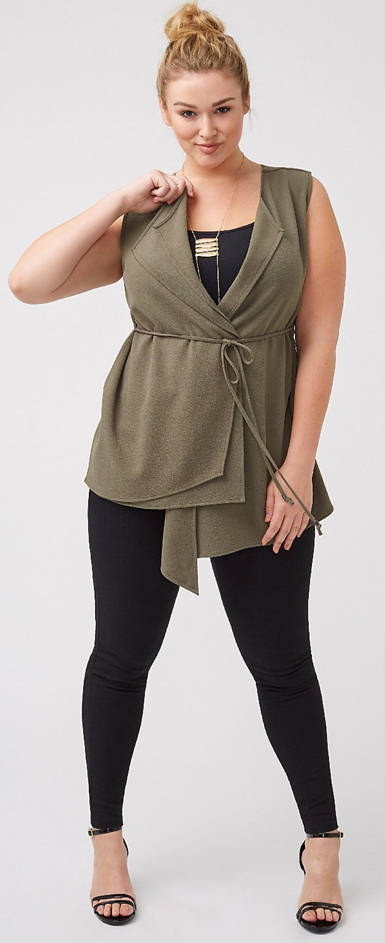 Usa blusa cruzada o vestido para que tu cintura se vea mas pequeña