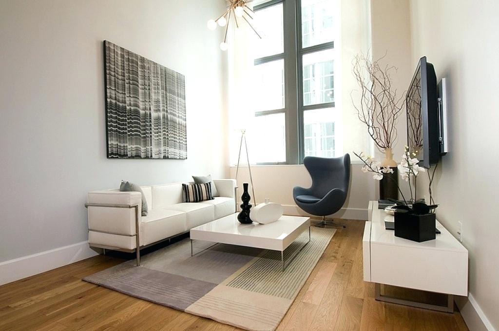 Usar pocos objetos decorativos para que tu sala se vea mas grande