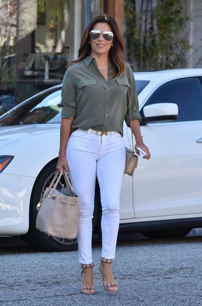 Como combinar tacones beige con jeans blancos