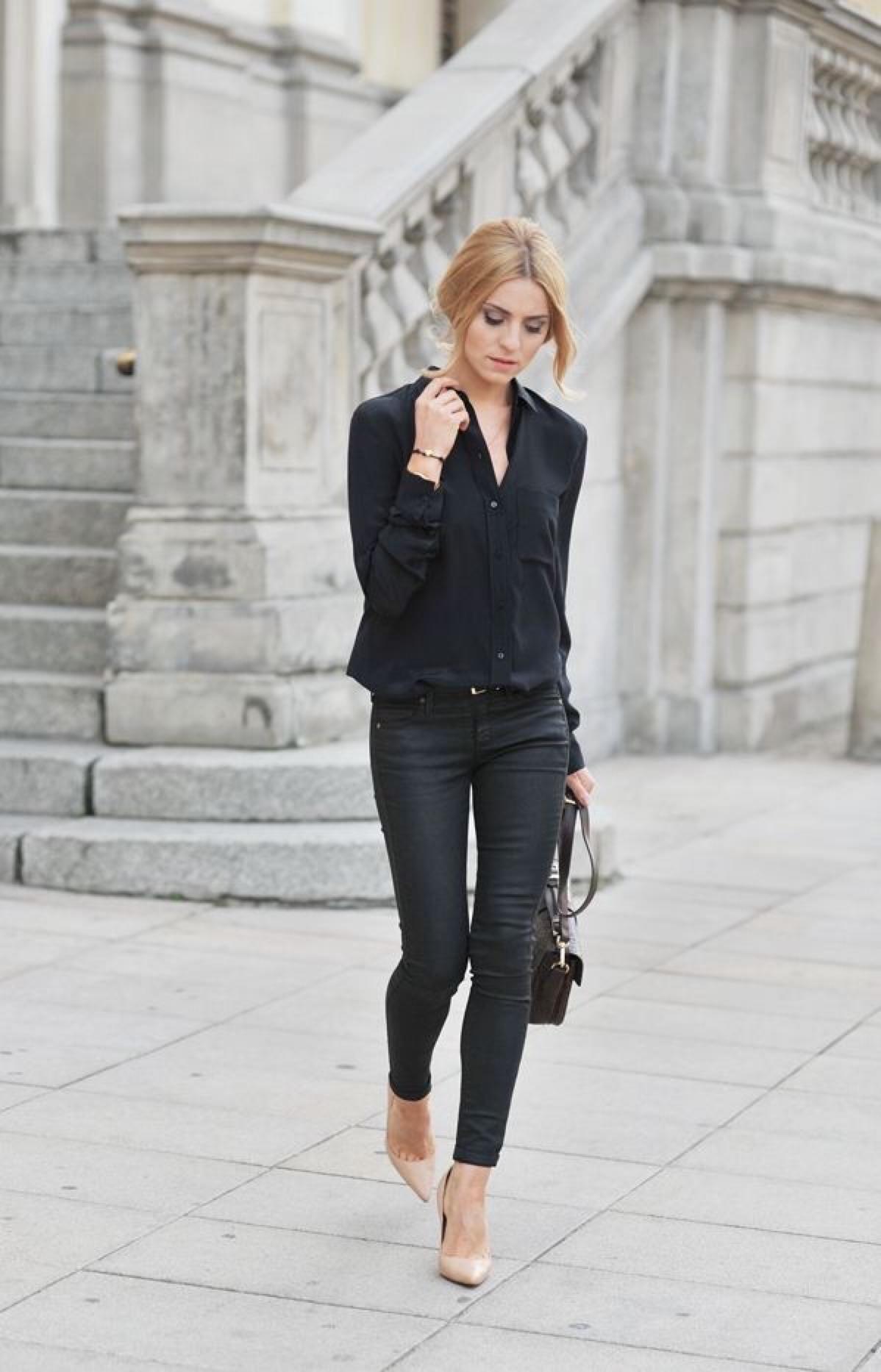 Como combinar tacones beige con pantalones negros