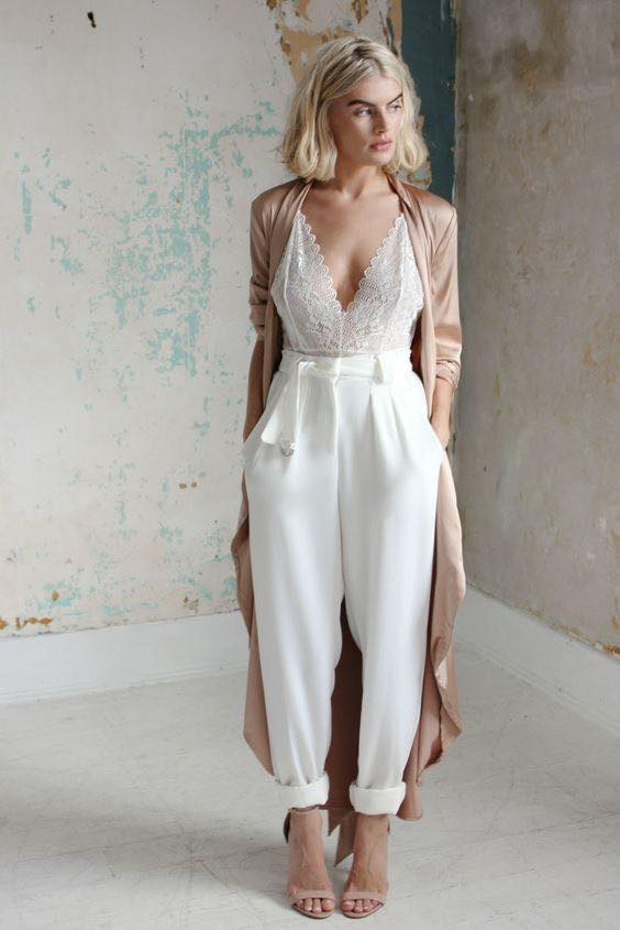 Como combinar tacones beige con un blusa y pantalón blanco