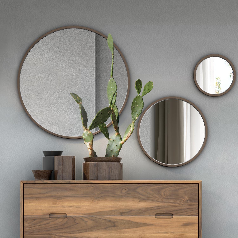 Decoración con espejos redondos en recibidor
