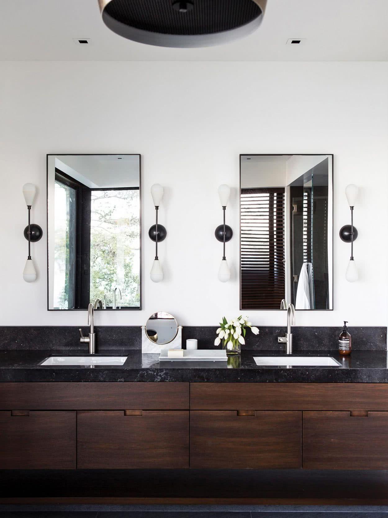 Baños con dos lavabos con acabado en mármol