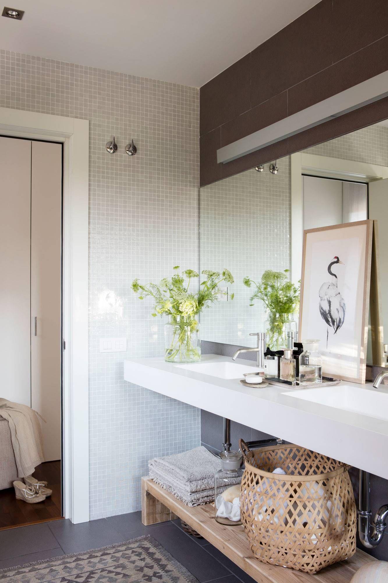 Baños con dos lavabos de porcelana blanca