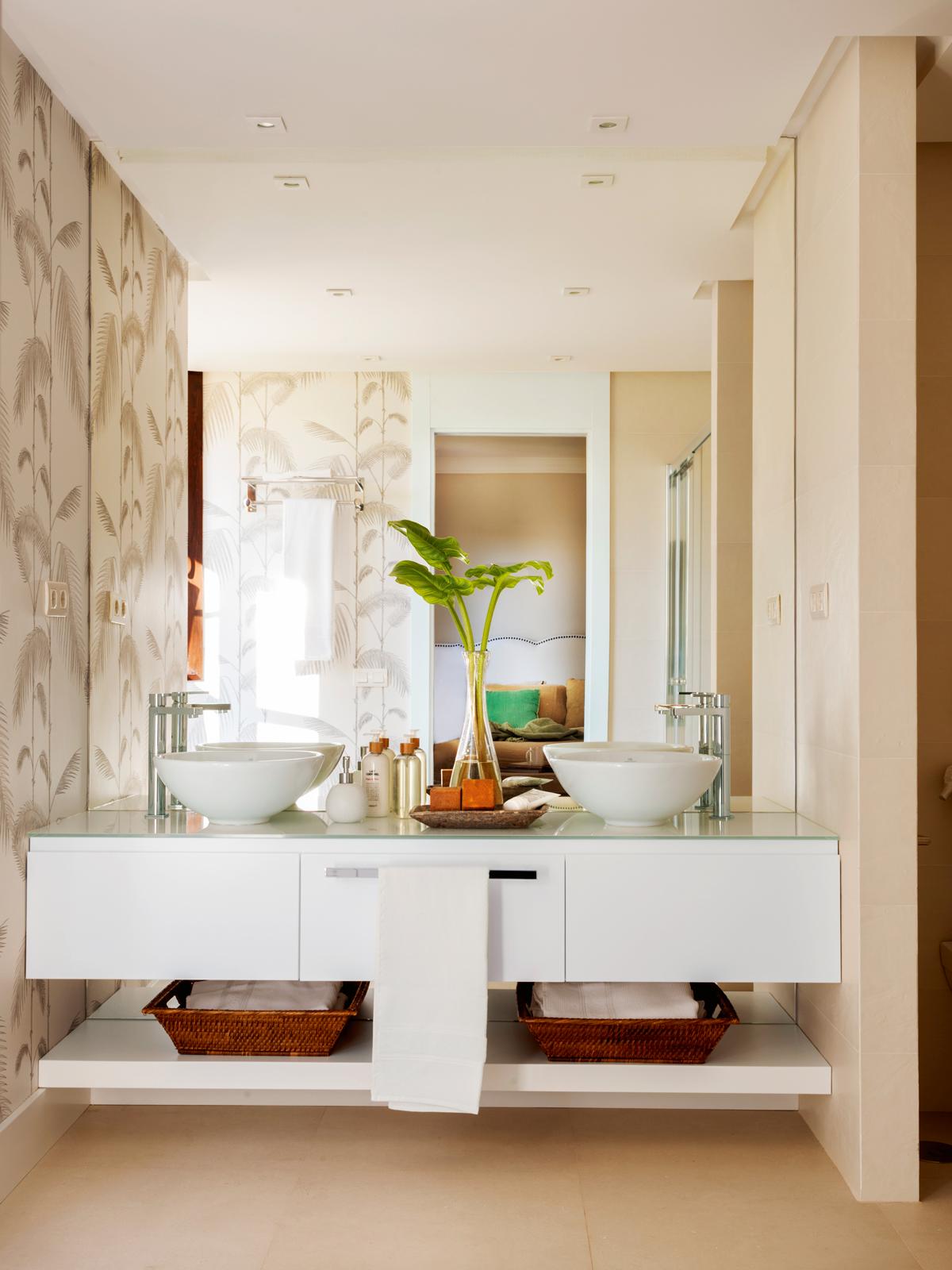 Decoración y diseño de baños con dos lavabos y un solo espejo
