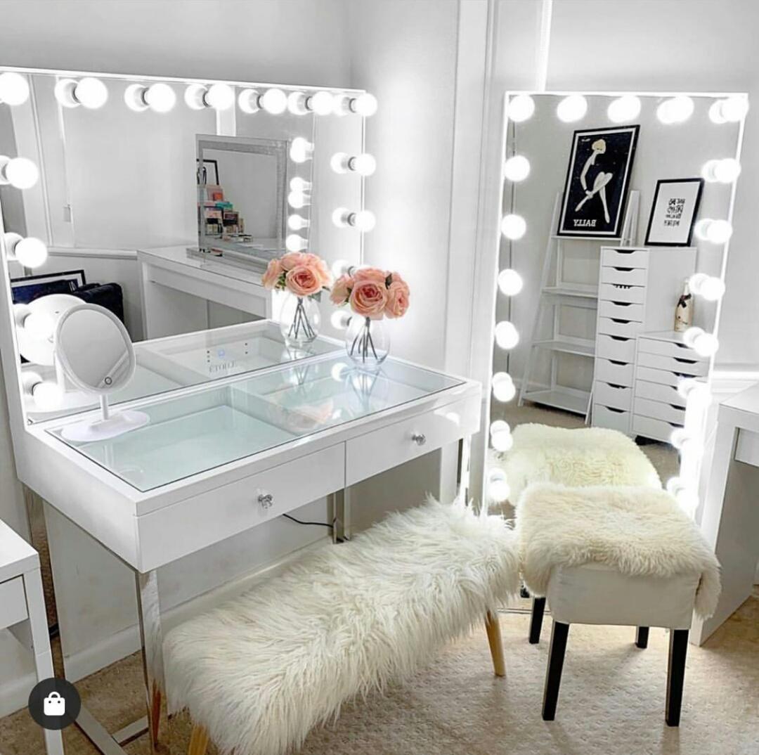 Vanity room moderno con dos espejos