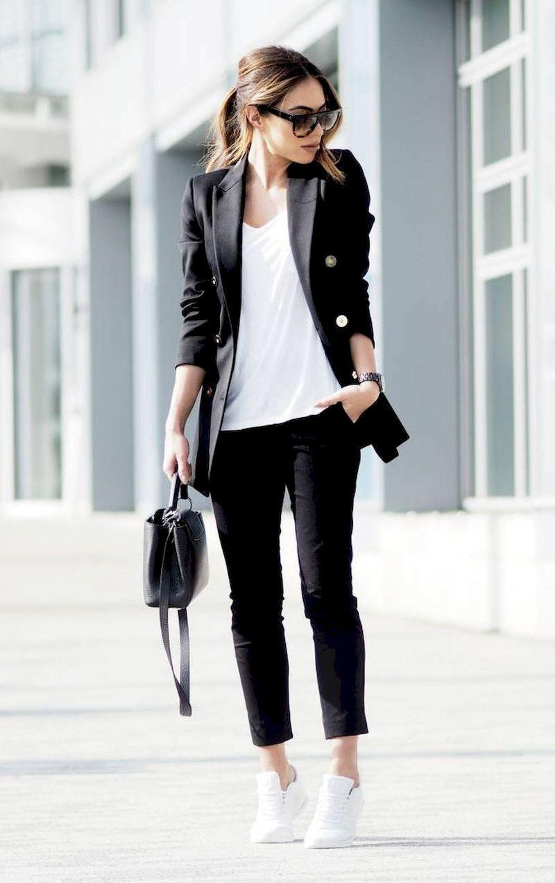 Outfits casuales para el diario mujeres de 30 años o mas: Tenis blancos