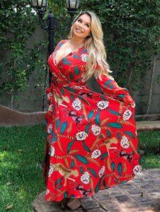 Outfits para chicas con curvas usando vestido cruzado estampado