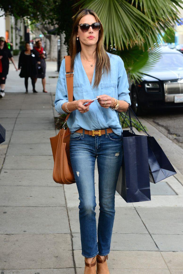 Outfits para mujeres de 30 años con blusa de mezclilla