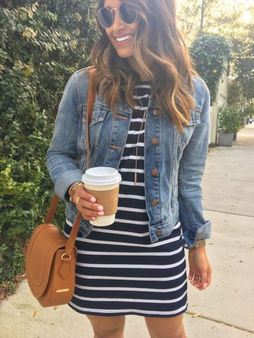 Outfits para mujeres de 30 años con vestidos a rayas
