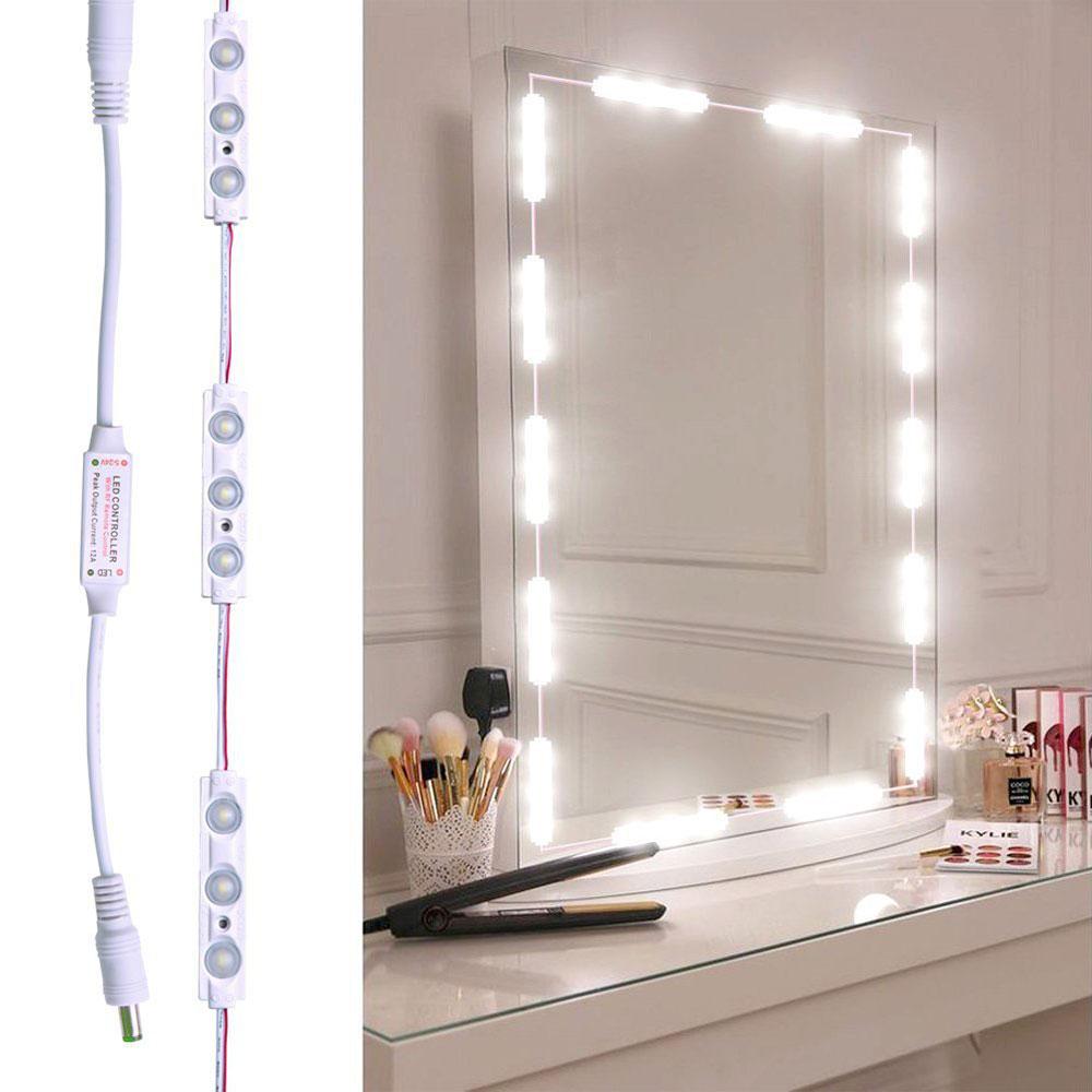 Tocador con luces en el espejo
