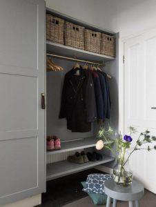 Usa canastas tejidas para decorar tu hall