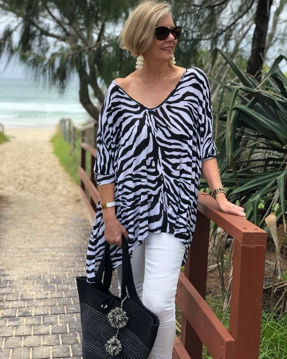 Ideas de outfits para señoras de 50 años o mas con blusas animal print