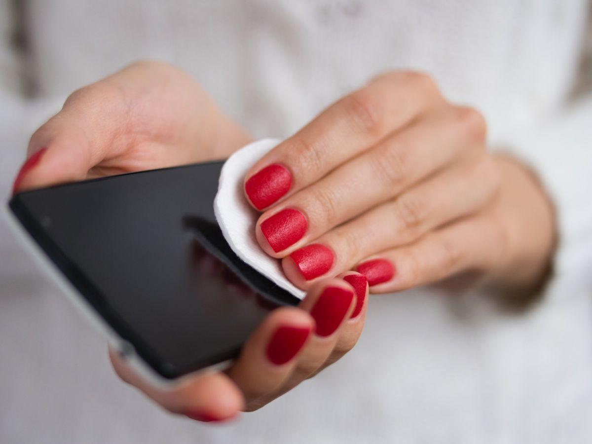7 consejos para desinfectarse antes de entrar en casa - limpia y desinfecta tu teléfono