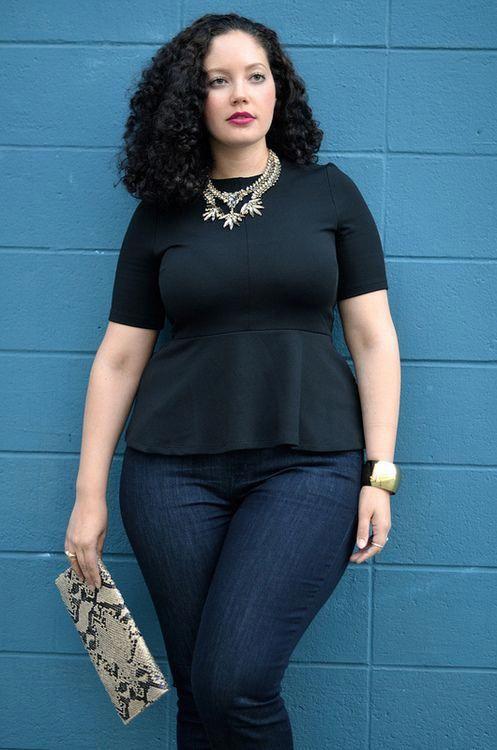 Accesorios con outfits con blusas negras y jeans en mujeres maduras