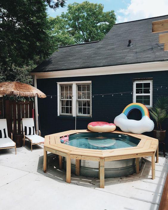 Cómo armar un espacio familiar en un patio con alberca