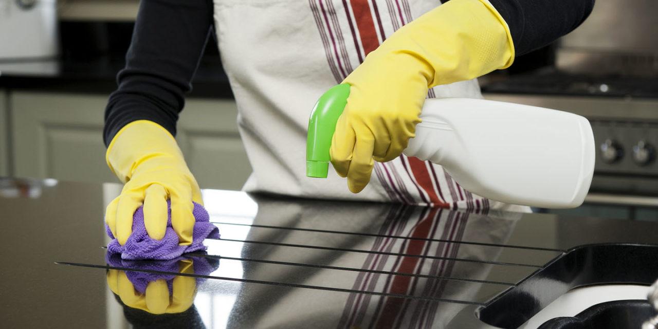 Recuerda limpiar el exterior y el interior de los muebles y electrodomésticos de la cocina